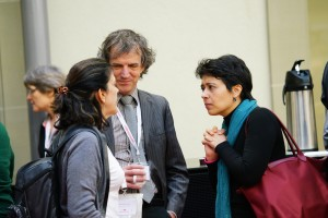 Intense discussion among researchers during a break. Photo: David Bumann.
